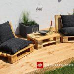 Chaises de jardin et petite table avec juste quelques europalettes