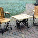 Chaises et table avec matériaux récupérés
