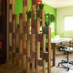 Division entre espaces réalisés avec des palettes