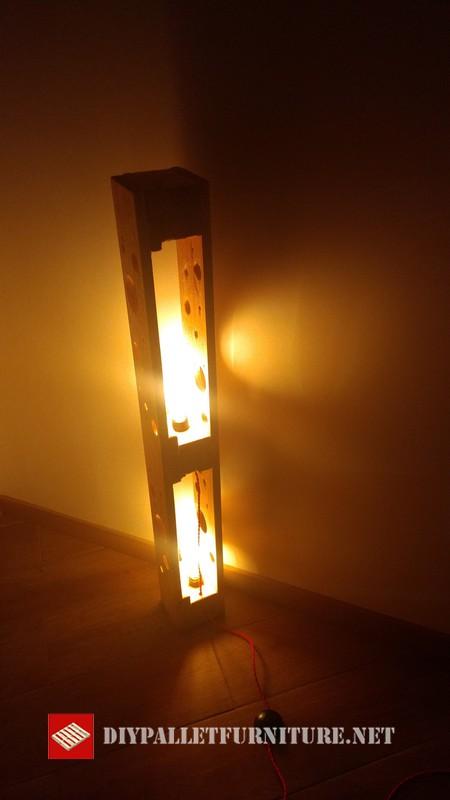 lampadaire fabrique avec palettes 002meuble en palette meuble en palette. Black Bedroom Furniture Sets. Home Design Ideas