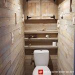 Revêtement en bois pour une salle de bains d'invité