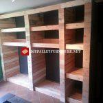 Armoire ouverte avec planches de palettes
