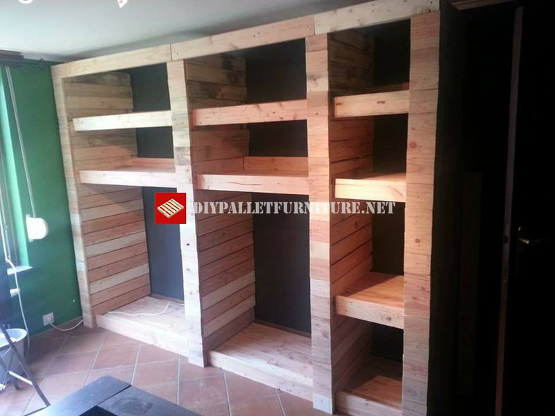 armoire ouverte avec planches de palettesmeuble en palette meuble en palette. Black Bedroom Furniture Sets. Home Design Ideas