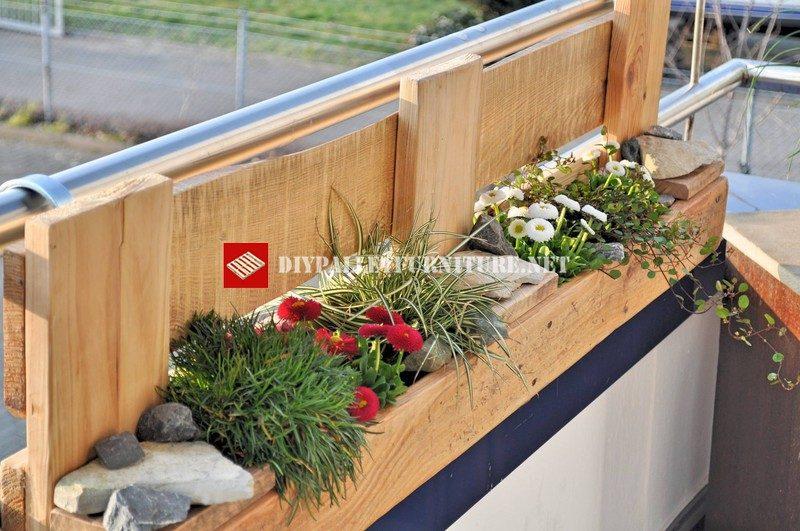 jardiniere pour le balcon construit avec des palettes 1meuble en palette meuble en palette. Black Bedroom Furniture Sets. Home Design Ideas