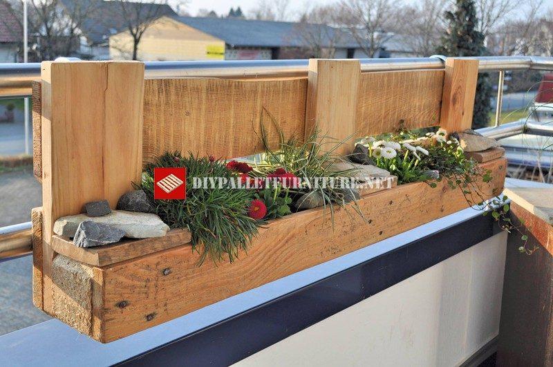 jardiniere pour le balcon construit avec des palettes 3meuble en palette meuble en palette. Black Bedroom Furniture Sets. Home Design Ideas
