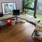 Bureau avec structure en acier et planches de palettes