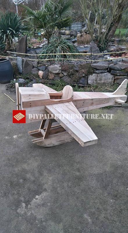 jouet avion fabrique avec des palettes 2meuble en palette meuble en palette. Black Bedroom Furniture Sets. Home Design Ideas