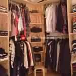 Porte-manteau et étagères pour le rangement des vêtements