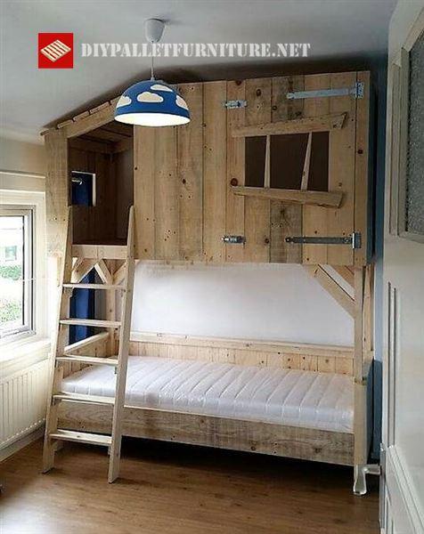 lit avec une petite cabane en boismeuble en palette meuble en palette. Black Bedroom Furniture Sets. Home Design Ideas