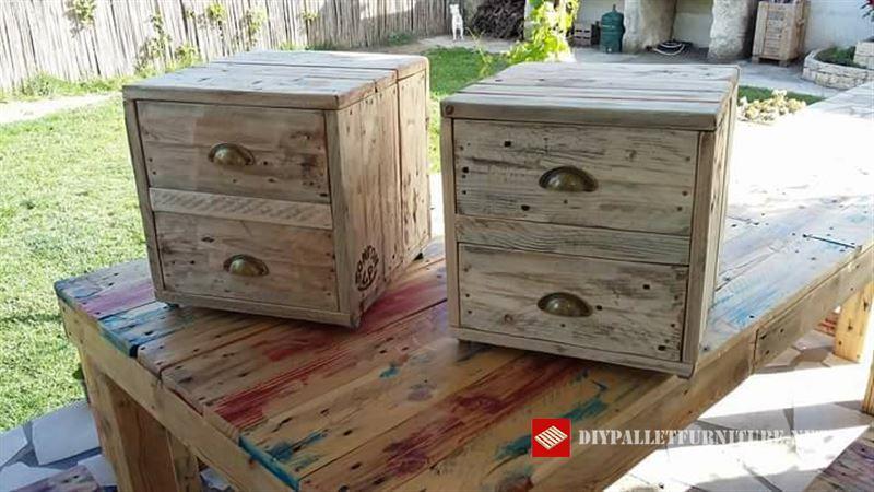 Tables de chevet avec double tiroirmeuble en palette - Construire une table de chevet ...