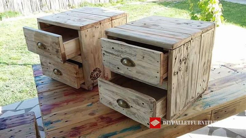 Tables de chevet avec double tiroirmeuble en palette for Construire une table de chevet