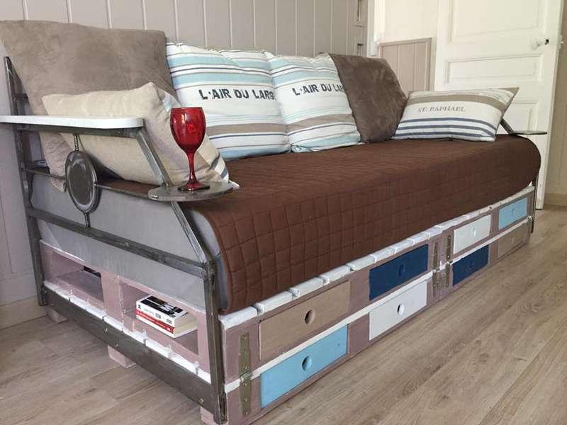canap lit avec des palettesmeuble en palette meuble en palette. Black Bedroom Furniture Sets. Home Design Ideas